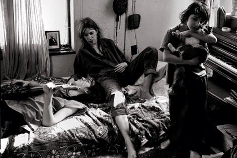 Annie Leibovitz, Patti Smith with her Children, Jackson and Jesse, St. Clair Shores, Michigan 1996