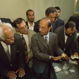 Minister of Information and Culture Sayeed Makhdoom Raheen reveals the Bactrian Hoard to Viktor Sarianidi